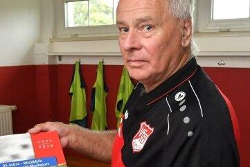 Andreas Bilz will die Chronik des VfB Zöblitz, die anlässlich 95 Jahre Fußball entstand, nun ergänzen. Dabei kann er auch den lang ersehnten Umbau des Sportlerheims thematisieren.
