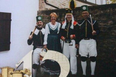 Das Dezember-Kalenderblatt zeigt Familie Erler vor dem Gebäude des Zylindergebläses Muldenhütten.