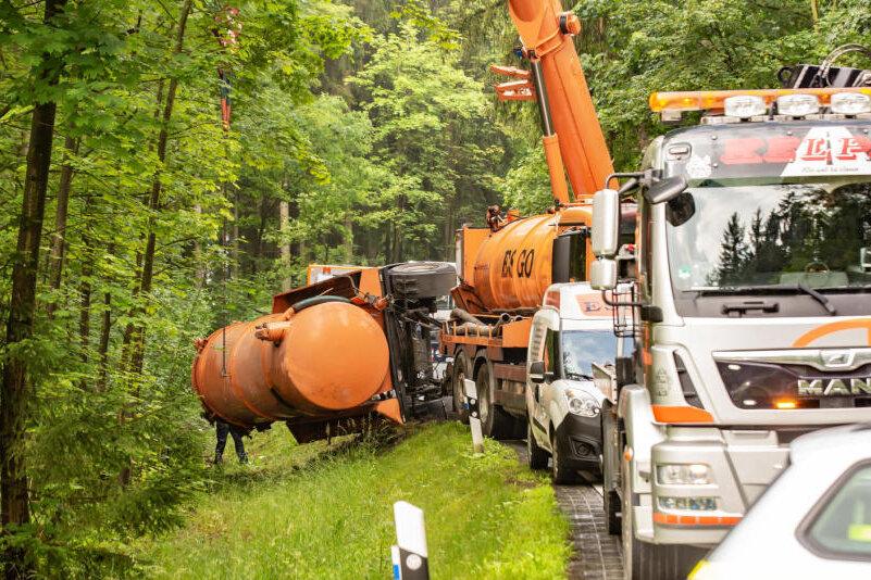 Oelsnitz: Entsorgungsfahrzeug kommt von der Straße ab