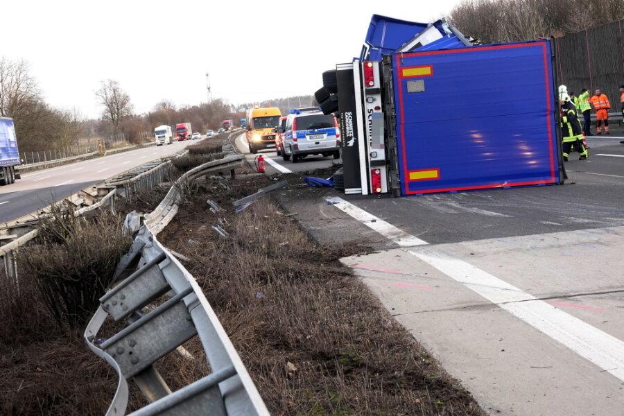 Schwer beladener Lkw fällt auf A4 bei Frankenberg um