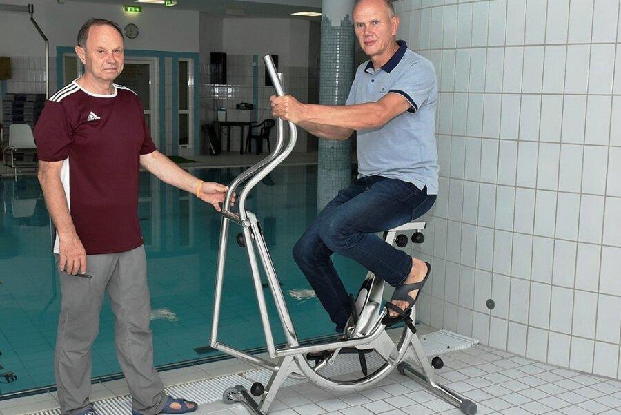 """Ingenieur Bernd Rudat (rechts) und Uwe Beyer, Sporttherapeut in der Dekimed-Klinik, ergänzen sich. """"Die besten Ideen kommen immer noch von unseren Kunden"""", sagt der Tüftler."""