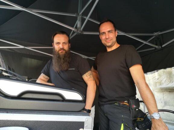 Andreas Escher (l.) und Andreas Rudolph (r.) steuern Licht und Ton auf der Bühne am Domhof.