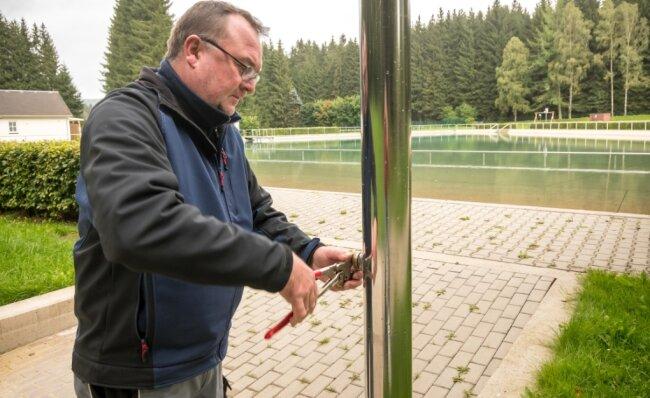 Techniker Heiko Walther macht das Waldbad Rätzteich winterfest. Dazu gehört unter anderem, die Funktionsteile der Außenduschen auszutauschen.