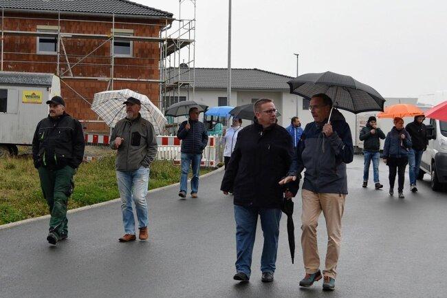 Anwohner Peter Runge (rechts) hat im Gespräch mit OberbürgermeisterMario Horn (CDU) seinen Wunsch nach einer Geschwindigkeitsbegrenzung formuliert.