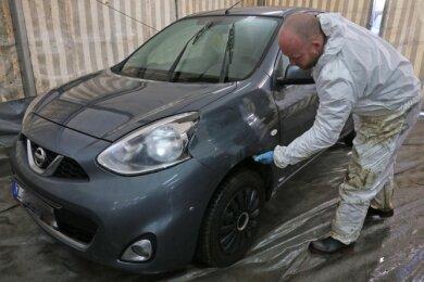 In Trünzig reinigt derzeit die Firma Uekermann Fahrzeuge von feinen Bitumenspritzern.