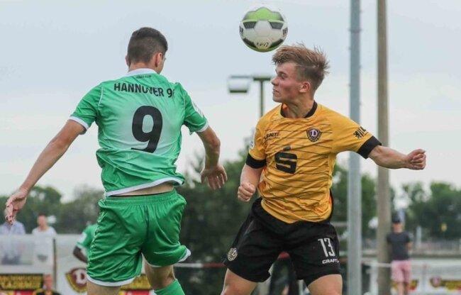 In der Bundesliga am Ball: Marius Schreiber (r.), hier im Spiel gegen Hannover, spielte fünf Jahre im Nachwuchs von Dynamo Dresden.