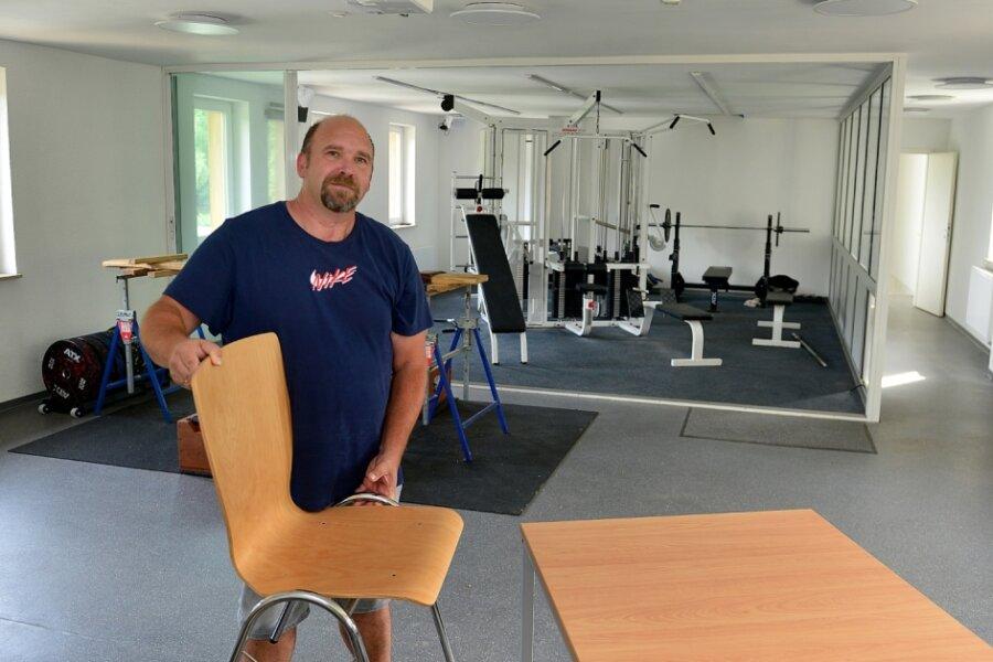 Vereinsvorsitzender Erik Korehnke im Multifunktionsraum im oberen Stockwerk, in dem Fitnessgeräte stehen und auch Versammlungen möglich sind.