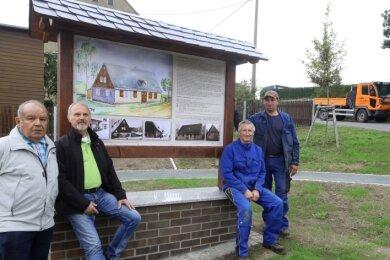 Chronist Joachim Schnabel, Heimatvereins-Chef Peter Groß sowie Jens Dörr und René Hansel vom Bauhof (von links) bei der Einweihung.