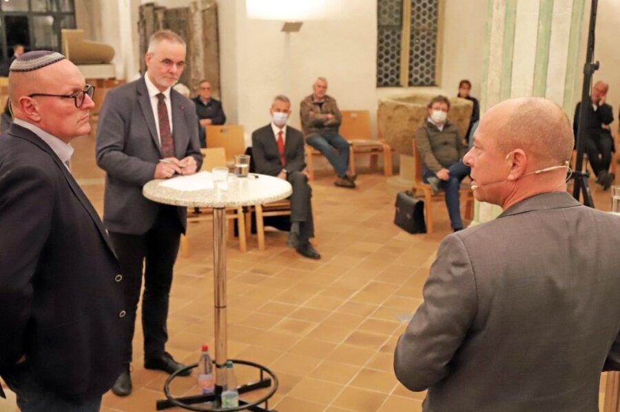 Michael Steeger, Vorsitzendes des Kirchenvorstandes der Domgemeinde (2. v. l.), moderierte das Kreuzganggespräch zwischen Uwe Dziuballa (l.) und Thomas Feist.