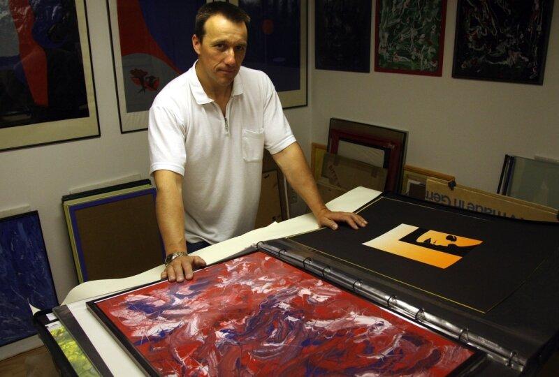 """<p class=""""artikelinhalt"""">Andreas Kluge in seinem Atelier: Zu seinen jüngsten Arbeiten gehören Farbverläufe. Dabei ist es für ihn jedes Mal spannend, zu welchen Bildern sich die aufs Papier gebrachten Farben miteinander verlaufen. </p>"""