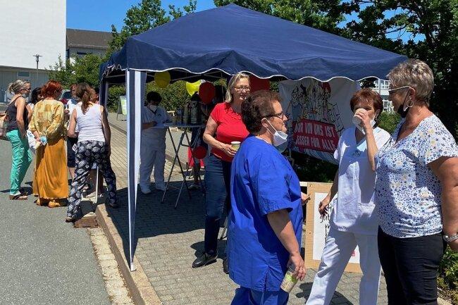 """Rund 400 Frauen und Männer der insgesamt mehr als 470 Mitarbeiter der Pleißental-Klinik sind im nicht-ärztlichen Bereich tätig. Rund 70 beteiligten sich an der Aktion """"Aktive Mittagspause""""."""