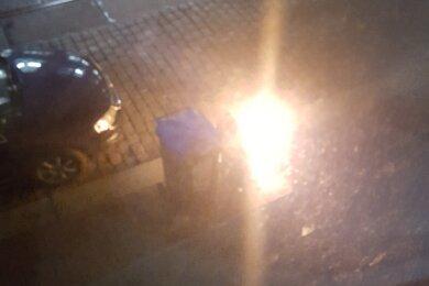 An der Schlachthofstraße standen in der Nacht zu Mittwoch Mülltonnen in Flammen.