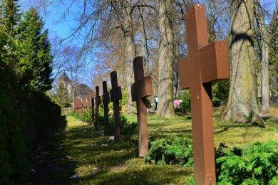 Diese Holzkreuze auf dem Friedhof in Mittweida erinnern an im Zweiten Weltkrieg gefallene Soldaten.