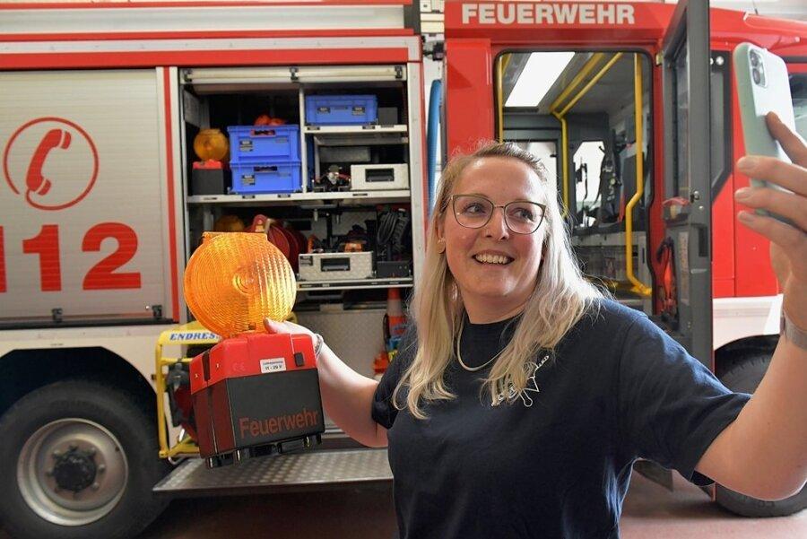 Im Depot der FFW Naundorf gestaltete Hauptfeuerwehrfrau Maria Leufert, seit elf Jahren Leiterin der Jugendfeuerwehr, jetzt ihr erstes digitales Meeting. Dabei mussten Einsatz-Geräte beschrieben werden.