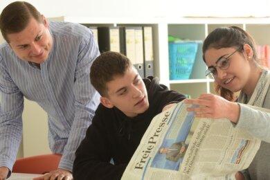 """Der stellvertretende Leiter der Georg-Weerth-Schule, Erik Schulze, mit den Zehntklässlern Jamie Sander und Reem Alna-Thar (von links). Die Schule wird sich auch 2020 am Projekt """"Zeitung in der Schule"""" beteiligen."""