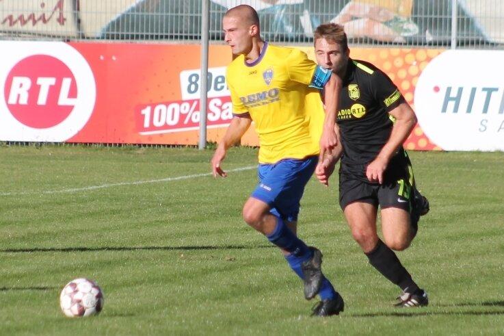 Oft genug sahen in der bisherigen Saison die Gegenspieler des Reichenbacher FC nur die Hacken ihrer Kontrahenten. So auch Jonas Reinhardt (rechts) von Rapid Chemnitz die von Paolo Süß.
