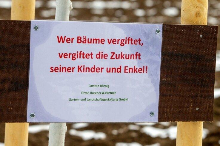 """Ein Zettel an den neu gepflanzten Bäumen trägt die Botschaft: """"Wer Bäume vergiftet, vergiftet die Zukunft seiner Kinder und Enkel."""""""
