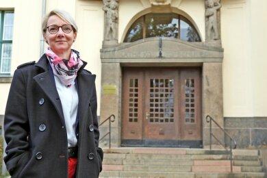 Annett Hertel vor dem Käthe-Kollwitz-Gymnasium in Zwickau, das ihre Tochter besucht. Die 47-jährige studierte Biochemikerin führt den Kreiselternrat seit 2019 an und wurde Anfang des Monats wiedergewählt.
