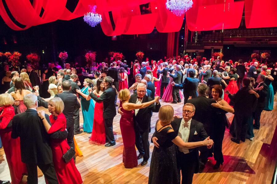 """Etwa ein Drittel der Ballgäste trug getreu dem Motto """"La Nuit en Rouge - Eine Nacht in Rot"""" Kleider in der auffälligen Farbe."""
