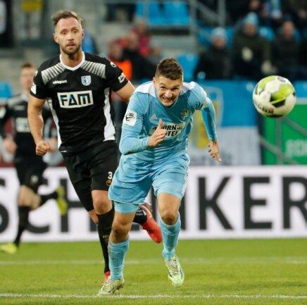 Daniel Frahn stürmt los, Magdeburgs Christopher Handke trabt hinterher.