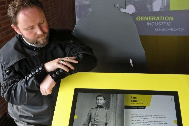 """Heino Neuber an der """"Kumpel-Galerie"""". Gerade zeigt sie seinen Ur-Ur-Großvater Paul Ehrler."""
