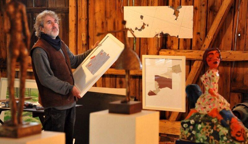 """<p class=""""artikelinhalt"""">Carsten Gille steckte a, Donnerstag noch mitten im Aufbau der neuen Ausstellung. </p>"""