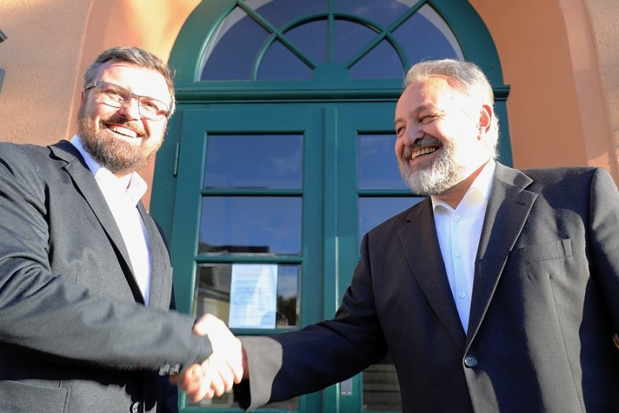 Übergabe der Amtsgeschäfte am Montag in Mulda: Alt-Bürgermeister Reiner Stiehl (Freie Wähler Mittelsachsen, r.) beglückwünscht seinen Nachfolger Michael Wiezorek (parteilos).