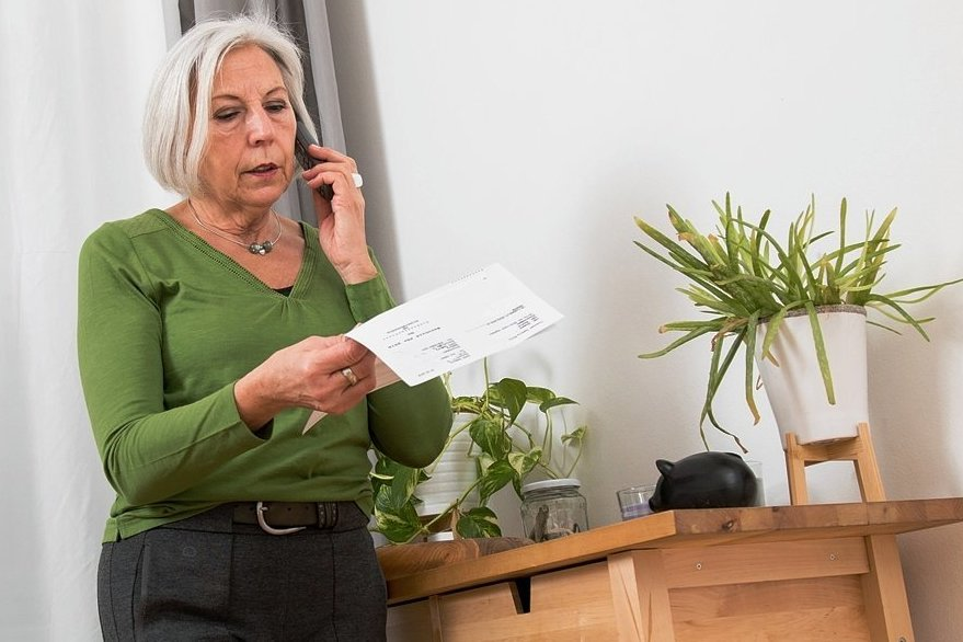 Beschwerde abgelehnt: Haben Frauen einst Widerspruch gegen ihren Rentenbescheid eingelegt, bekommen sie nun Post.