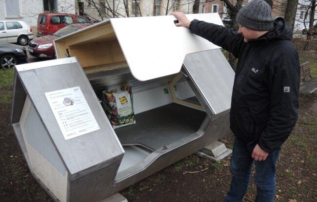 Diese Schlafkapsel befindet sich am Ulmer Karlsplatz. Die Stadt hat gute Erfahrungen mit zwei mobilen Schlafkapseln gemacht, die Wohnungslosen eine warme und sichere Übernachtungsmöglichkeit geboten haben. Die Idee der Schlafkapsel hat auch eine Lugauerin inspiriert.