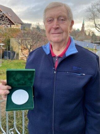 Heinz Mittelbach mit seiner Medaille aus Hartporzellan.