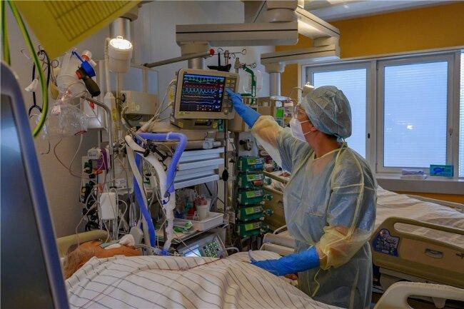 Im Klinikum Chemnitz überwacht die Leitende Schwester der Station K380, Madlen Schmiedel, einen Covid-Patienten.