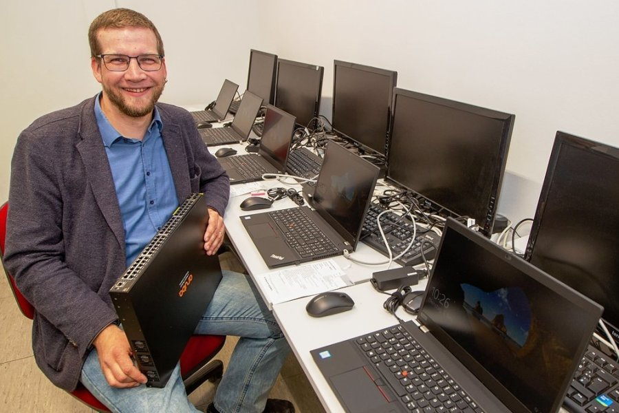 Vor ihm ist kein Rechner sicher. Er kennt die Lösung für jedes IT-Problem in den 19 Schulen der Stadt: Nick Grimm ist Digital-Koordinator im Plauener Rathaus.