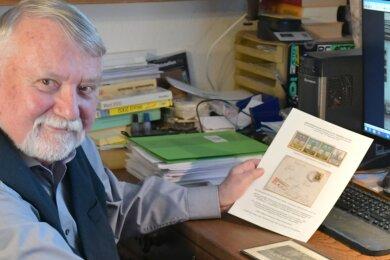 Hans Friebe von den Freiberger Briefmarkenfreunden an seinem Arbeitsplatz mit dem gesuchten Gebäude auf dem Bildschirm (rechts).