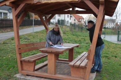 """Die Dänkritzer Ortsvorsteherin Marion Barth und der Lauterbacher Ortsvorsteher Frank Neumann am """"Rastplatz am Markt"""" in Dänkritz. Dieser Platz mit Hütte ist am Rad- und Wanderweg gelegen."""