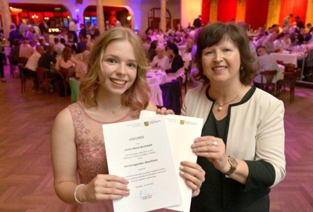 Zur Zeugnisausgabe für die Schulabgänger der Freiberger Winkler-Oberschule erhielt Janina Marie Buchwald (l.) von Schulleiterin Katrin Fleischer auch die Auszeichnung des Kultusministers.