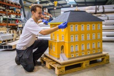 Erik Rother, Auszubildender zum Konstruktionsmechaniker der Firma Teamdesign, beim Vermessen des Modells der Alten Post in Neukirchen. Es soll das sogenannte Lichterdorf erweitern, das aus Nachbauten von Häusern in der Gemeinde besteht und als Adventsschmuck die Ortsmitte ziert.