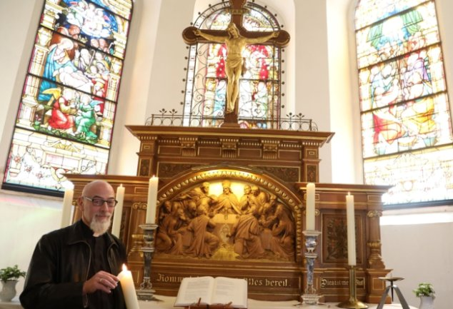 Am Altar in der Laurentiuskirche: Der Lichtensteiner Pfarrer Reiner Mitzschke wird zu Ostern nicht nur hier und in der Lutherkirche, sondern als Vakanzvertretung auch in St. Egidien tätig sein.