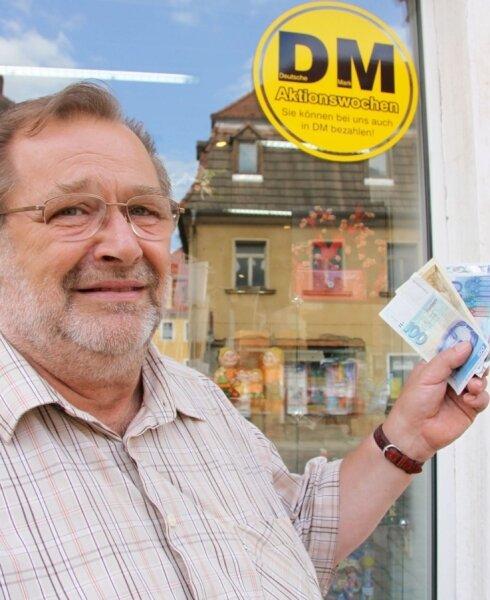 """<p class=""""artikelinhalt"""">Im Laden von Rolf Hartmann sowie in 21 weiteren Werdauer Geschäften kann noch immer mit der D-Mark bezahlt werden. </p>"""