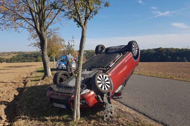 Der Honda blieb an einem Baum liegen.