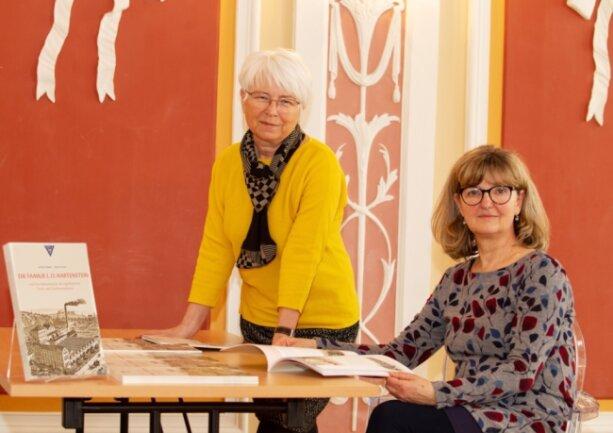 Beate Schad und Katrin Färber (rechts) haben die Geschichte der Plauener Unternehmerfamilie Hartenstein aufgearbeitet und in einer Broschüre zusammengefasst.