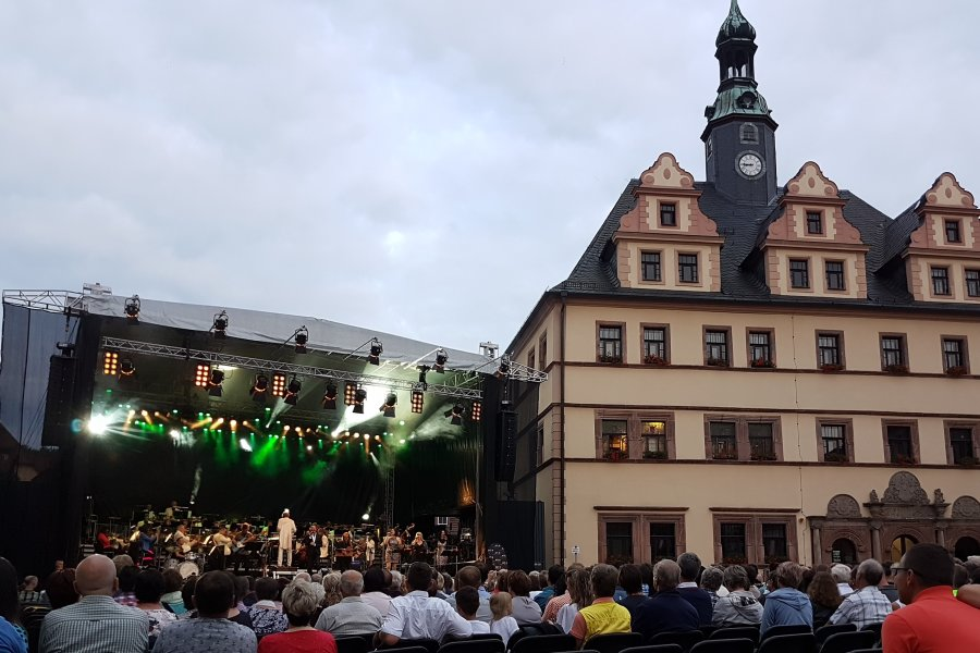 """Mehrere hundert Besucher verfolgten """"Philharmonic Rock"""" auf dem Peniger Markt."""