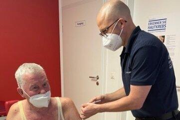 Dr. Ludger Mende (re.) hat am Donnerstag in seiner Wechselburger Praxis die erste Impfung verabreicht.