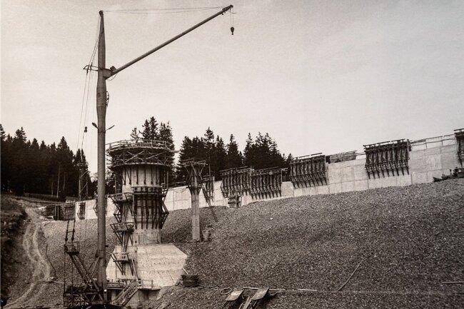 Ein Bild von der Wasserseite des Dammes mit dem entstehenden Entnahmeturm.