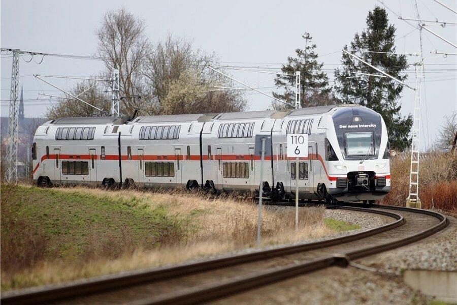 Ein Doppelstock-Intercity, wie er derzeit zwischen Rostock und Dresden verkehrt. Angedacht ist, einzelne Züge ab Sommer 2022 bis nach Chemnitz fahren zu lassen.