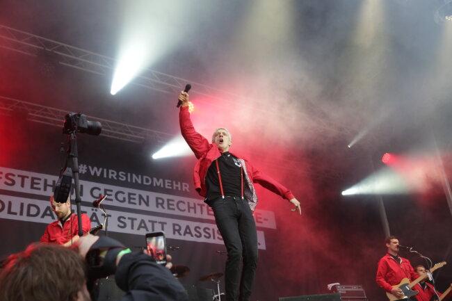 """Felix Brummer von Kraftklub sagte:  """"Wir wissen, dass wir mit einem Konzert nicht die Welt retten. Aber wir wohnen auch noch in Chemnitz, wenn die Kameras wieder weg sind. Manchmal ist es wichtig, dass man sich nicht allein fühlt."""""""