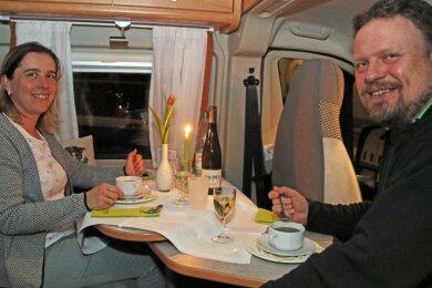Ließen es sich in ihrem Wohnmobil schmecken: Kati und Andreas Zieger aus Frankenberg.