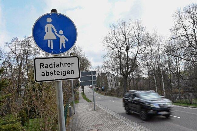 Entlang der Burgstädter Straße in Claußnitz fehlt ein Radweg. Das könnte sich künftig ändern, denn ein Konzept sieht dort einen Ausbau vor. Das Papier wird für elf Kommunen erstellt, auch für Lichtenau.