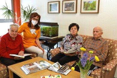 Die Tagespflege am Lehngrund wurde wieder geöffnet. Pflegedienstleiterin Silke Oktabec kümmert sich um drei Gäste.