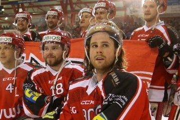 Der Mann mit dem goldenen Helm, Alexander Hutchings (vorn), verlässt die Eispiraten.