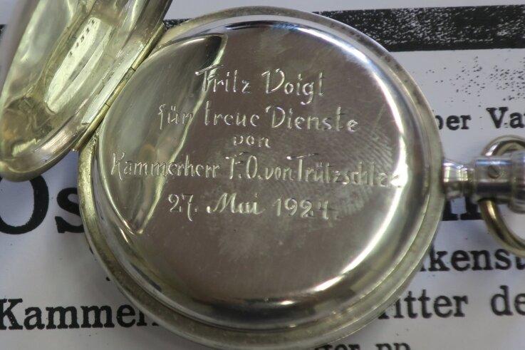 1924: Eine silberne Taschenuhr für den treuen Diener.